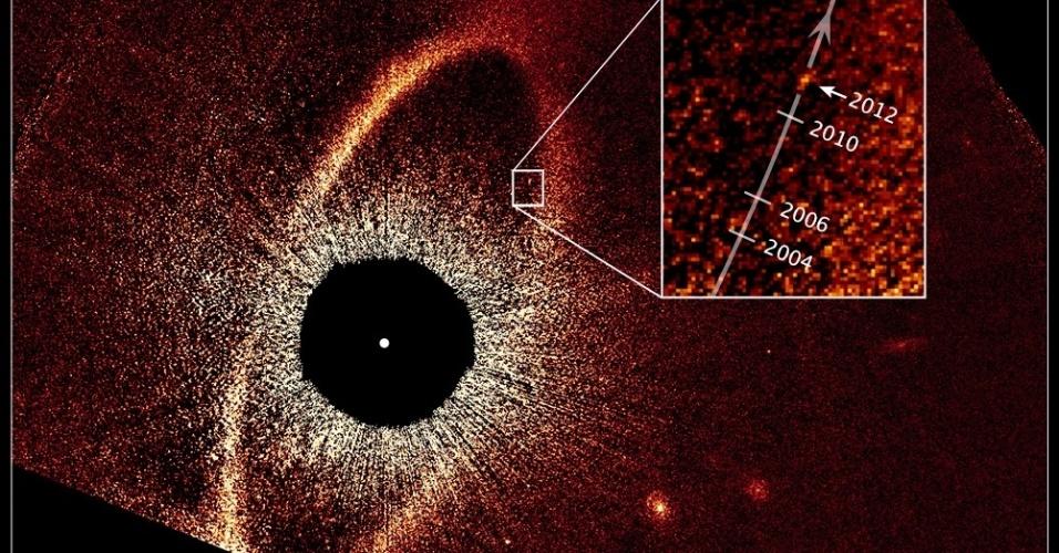 10.jan.2013 - Imagem com falsa cor, tomada com o Telescópio Espacial Hubble, revela o movimento orbital do planeta Fomalhaut b. Com base nessas observações, os astrônomos calcularam que o planeta está em uma órbita elíptica de 2.000 anos
