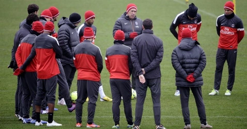 10.jan.2013 - Lucas acompanha instruções do técnico italiano Carlo Ancelotti em treino do PSG; o comandante confirmou que Lucas será titular na partida de sexta contra o Ajaccio