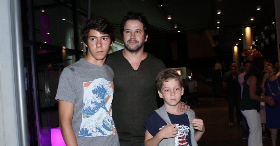 """10.jan.2013 - Murilo Benício, acompanhado dos filhos Antonio e Pietro, prestigiou a estreia do musical """"A Família Addams"""" em uma casa de espetáculos no Rio"""