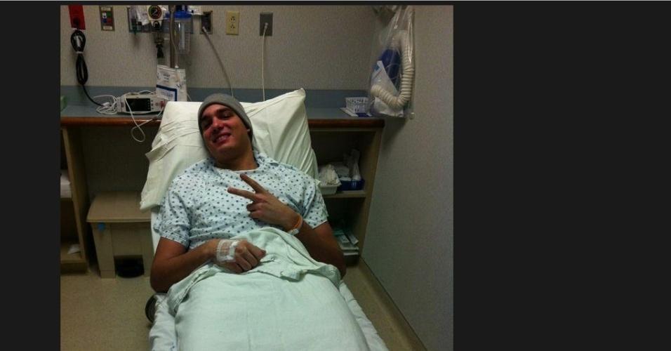 10.jan.2013- Varejão tira foto no hospital antes de cirurgia para se recuperar de lesão na perna direita e posta no Twitter