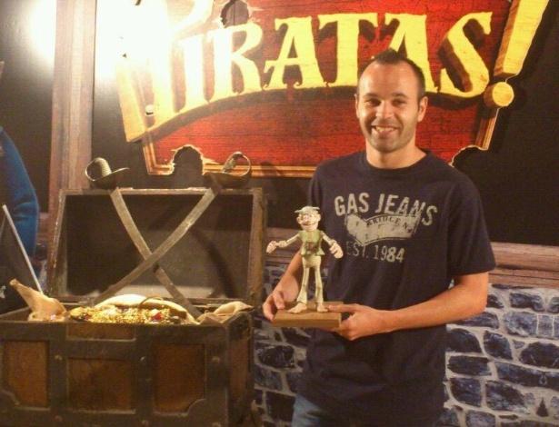 23.jul.2012 - Andrés Iniesta posa com uma miniatura do Pirata Albino, personagem que ele dubla na versão espanhola da animação Piratas Pirados