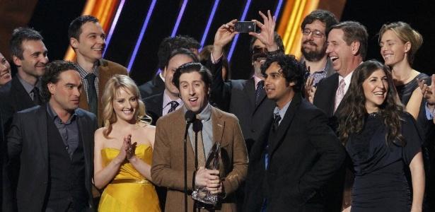 """9.jan.2013 - O elenco de """"The Big Bang Theory"""" recebe o prêmio de Comédia de TV Favorita na edição de 2013 do People""""s Choice Awards - Mario Anzuoni/Reuters"""