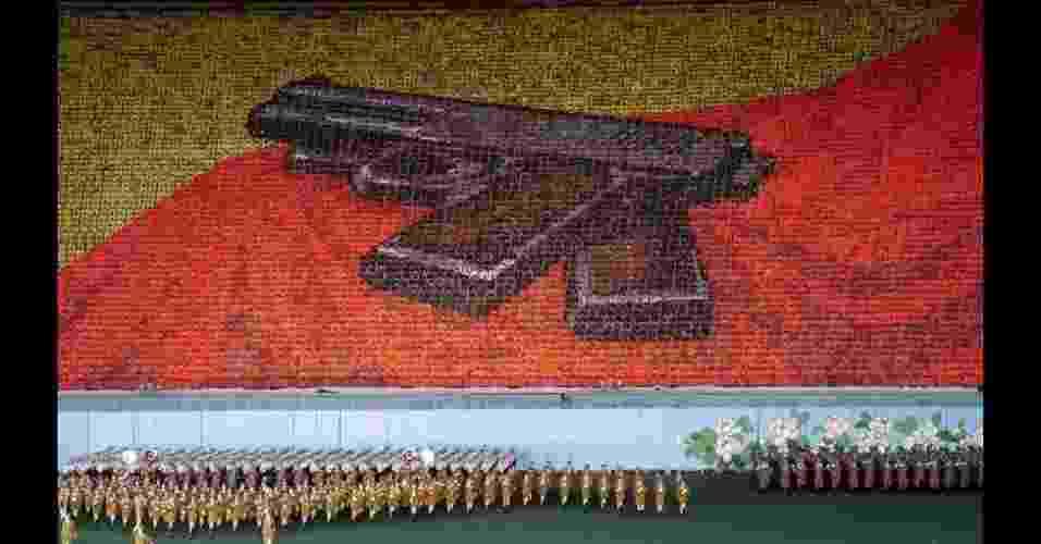 A iconografia do festival Arirang pode parecer complexa para pessoas fora da Coreia do Norte, mas é clara para os cidadãos do próprio país. Por exemplo: ao mostrar pistolas, o mosaico faz referência à ocupação japonesa do país (1910-1945), quando o líder coreano Kim il-Sung recebeu um par de revólveres de seu pai. - Jeremy Hunter/Divulgação