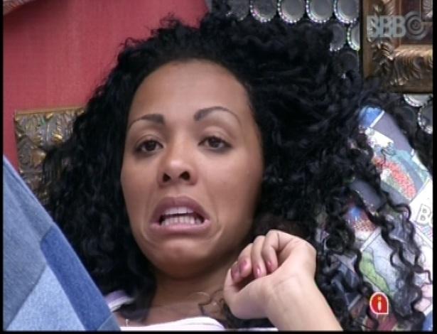 10.jan.2013 - Aline faz careta enquanto conversa no quarto Brechó. Ela perguntou se o assunto