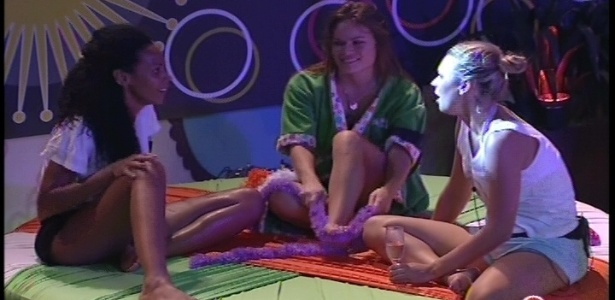 Aline, Natália e Marien conversam durante a festa Rave