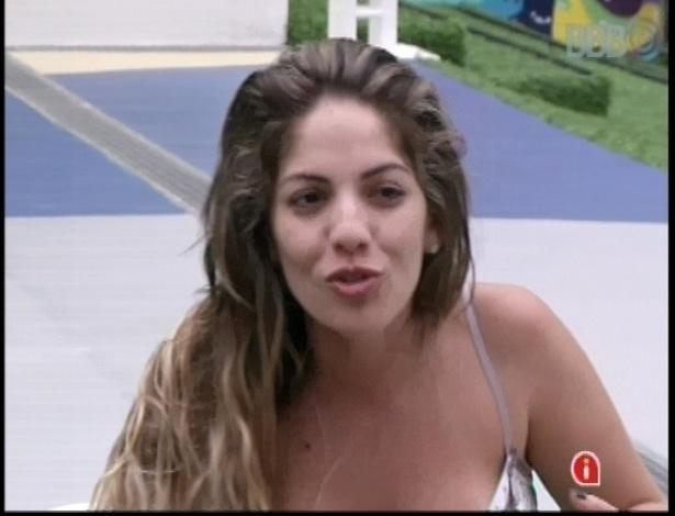 10.jan.2013 - Anamara conversa com outros participantes no deck da piscina