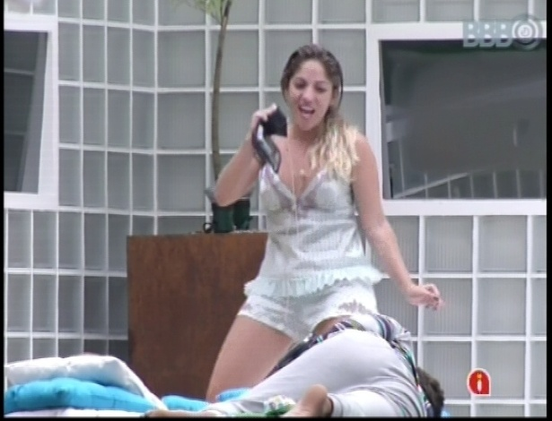 10.jan.2013 - Anamara dança e diz que Ivete Sangalo torce por ela no