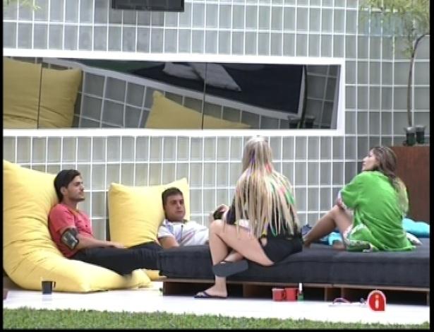 10.jan.2013 - André, Dhomini, Fernanda e Anamara conversam no deck da piscina