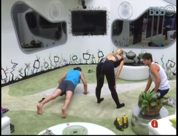 10.jan.2013 - André, Nasser e Fernanda fazem alongamento na sala