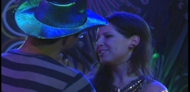 10.jan.2013 - Andressa chora durante a festa Rave e recebe abraço de Ivan
