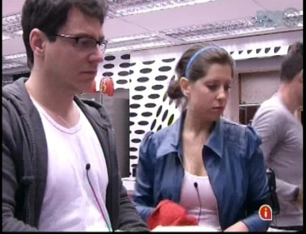 10.jan.2013 - A paranaense Andressa e o paulista Ivan preparam uma refeição na cozinha