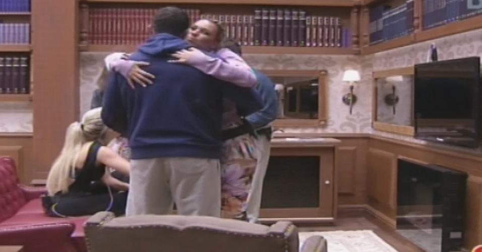 Após insistência de Kleber Bambam, Marien dá um abraço no campeão do