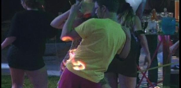 Aslan dança com Andressa na festa Rave do