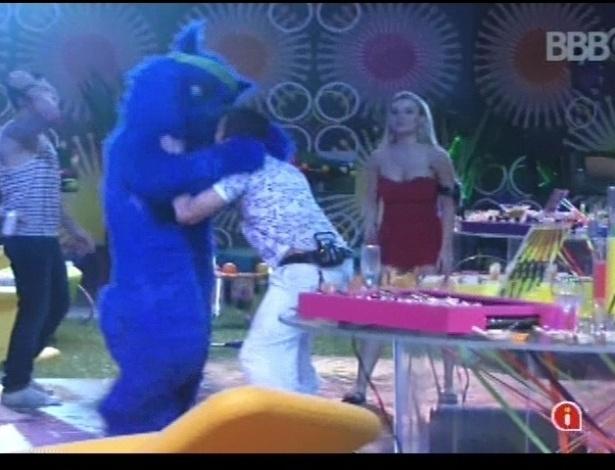 Aslan dança com convidado misterioso durante a festa Rave