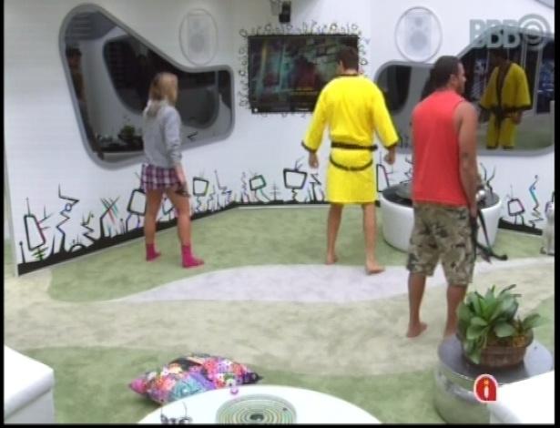 10.jan.2013 - Carioca Fani ensina brothers a dançar com animação de música ambiente