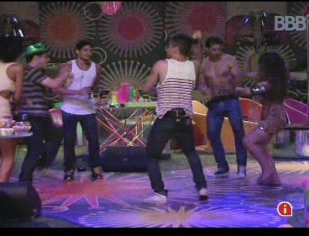 """Brothers dançam ao som de """"Gangnam Style"""" na festa Rave"""