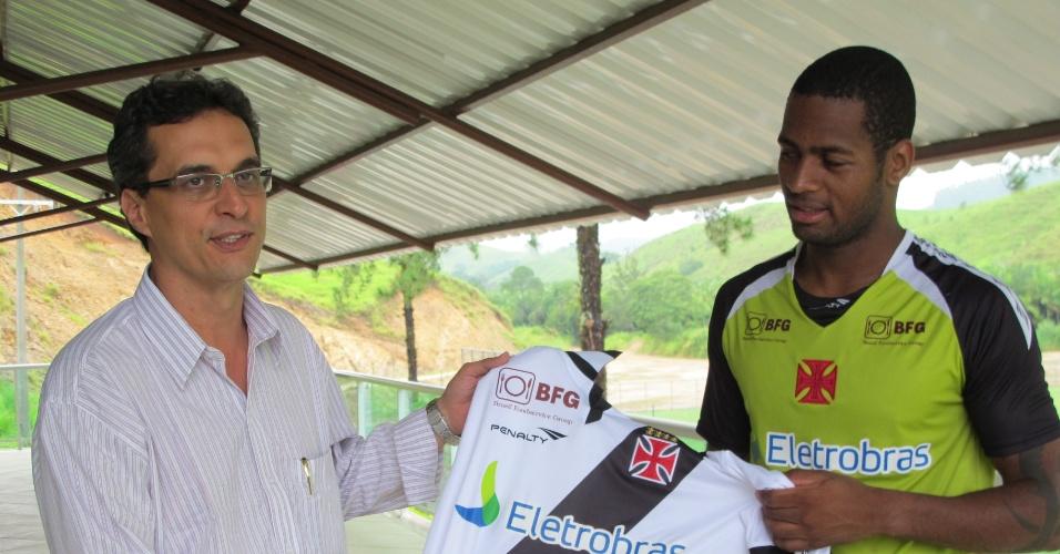 Dedé entrega uma camisa do Vasco ao prefeito de Pinheiral, José Arimathéa (10/01/2013)