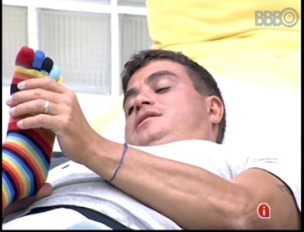 10.jan.2013 - O goiano Dhomini faz massagem no pé de Marien