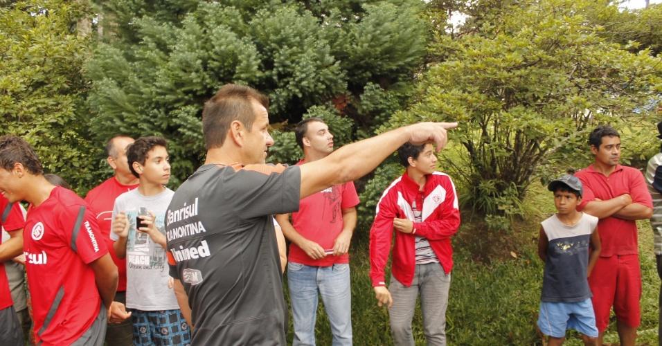 Dunga gesticula pedindo para torcida liberar pista ao redor do Lago Negro, em Gramado (10/01/13)