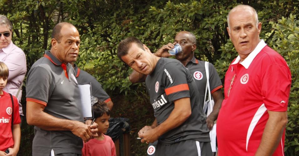 Dunga observa corrida dos jogadores do Inter no Lago Negro, em Gramado (10/01/13)