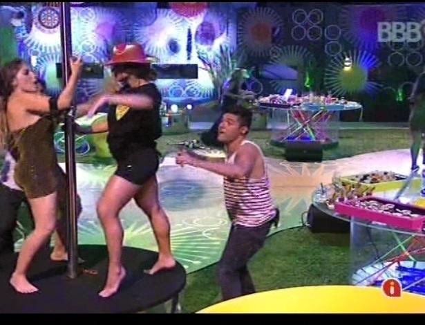 Fani e Anamara se divertem no pole dance