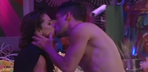 10.jan.2013 - Fani e Nasser trocam beijos na beira da piscina durante a Festa Rave