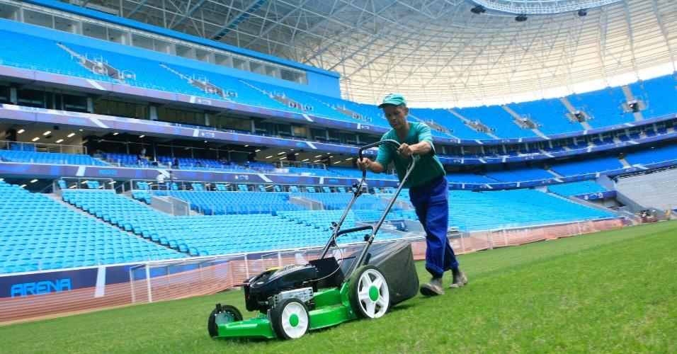 Funcionário apara o gramado da Arena do Grêmio para jogo-treino contra o Canoas (10/01/2013)