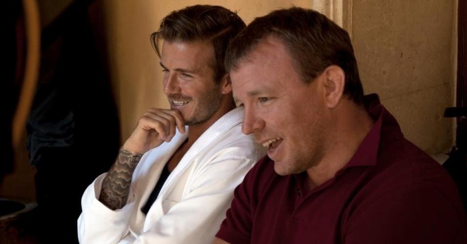 Jan.2013 - David Beckham (e) diretor Guy Ritchie são fotografados durante a gravação de um comercial da nova coleção de cuecas do jogador inglês