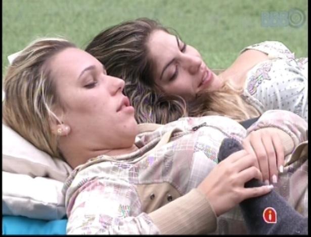 10.jan.2013 - Novas amigas, Marien e Anamara deitam juntas do lado de fora da casa