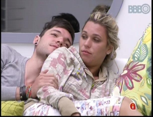 10.jan.2013 - Nasser e Marien se abraçam enquanto o gaúcho dizia que continuava bêbado após acordar da Festa Rave