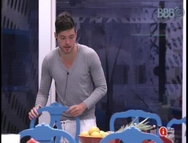 10.jan.2013 - Nasser prepara alguma coisa para comer após festa em que ele trocou selinhos em Fani