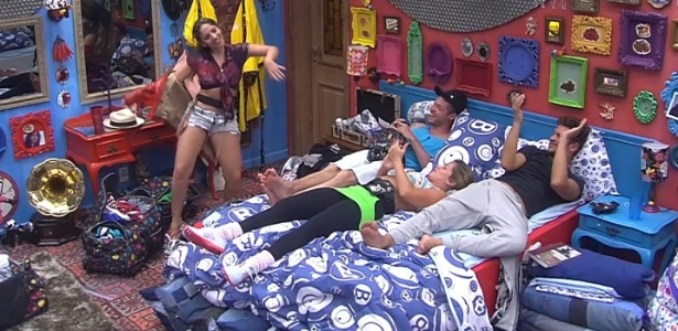 No quarto, Anamara simula striptease para Nasser, Fani e Aslan