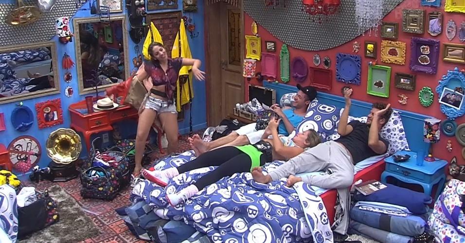 10.jan.2013 - No quarto, Anamara simula striptease para Nasser, Fani e Aslan. Logo depois da performance, ela contou que foi assediada pela ex-BBB Paulinha em uma festa