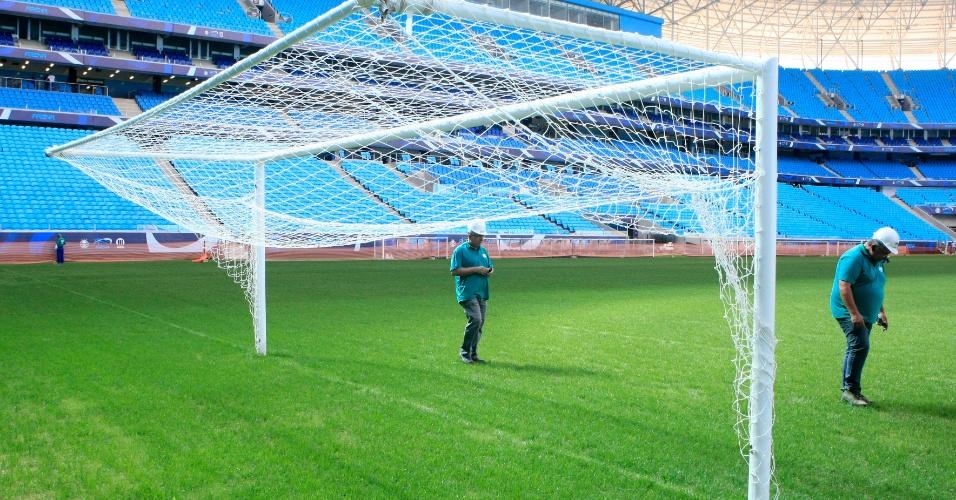 Profissionais trabalham para melhorar o campo de jogo da Arena do Grêmio (10/01/2013)