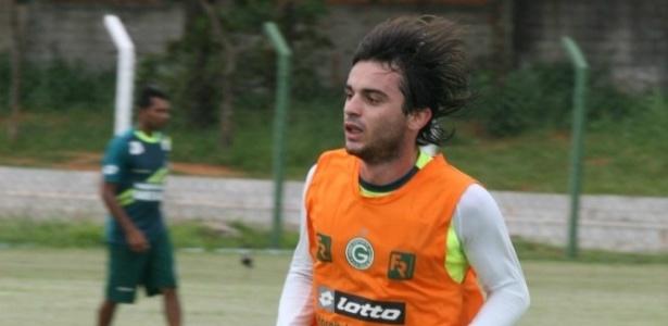 Volante Juliano corre durante treino do Goiás
