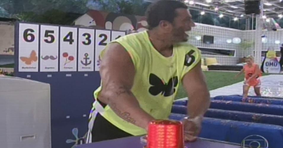 "10.jan.2013 - Kleber Bambam, o último dos veteranos, corre para ganhar a prova e se tornar o primeiro líder do ""BBB13"""