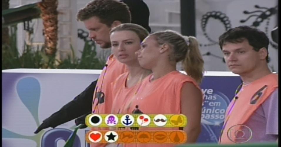 10.jan.2013 - Novatos Aslan, Marien e Fernanda lamentam o atraso na prova