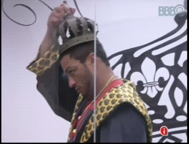 10.jan.2013 - Bambam coloca coroa na cabeça e diz que é o novo rei coroado
