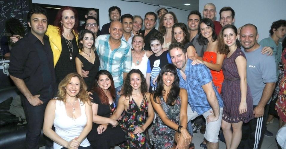"""10.jan.2013 - Elenco do musical """"A Família Addams"""" posam para fotos em casa de espetáculos no Rio"""