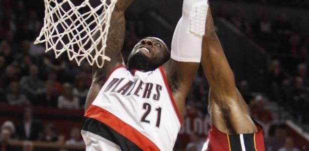 10.jan.2013 - J.J. Hickson crava por cima de Chris Bosh, do Heat, na vitória em casa do Portland TrailBlazers