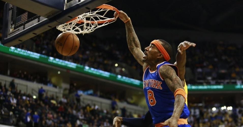 10.jan.2013 - J.R. Smith crava a bola na derrota dos Knicks para os Pacers, por 81 as 76