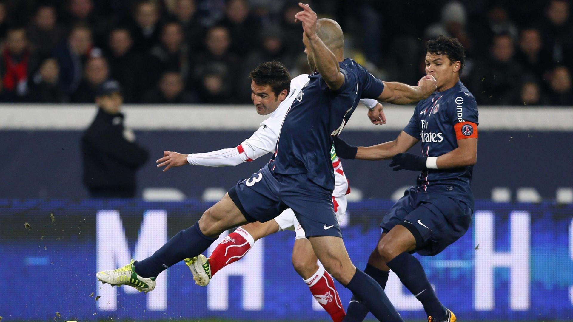 11.jan.2013 - Adrian Mutu, do Ajaccio, tenta a finalização contra a marcação dos zagueiros brasileiros Thiago Silva e Alex, do PSG