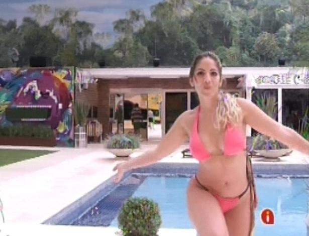 11.jan.2013 - Anamara mexe os ombros e se exibe para os participantes na beira da piscina do