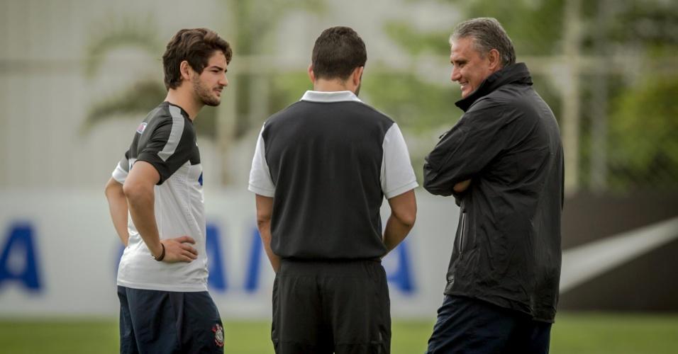11.jan.2013 - Antes mesmo de se apresentar, Pato apareceu no campo do CT do Corinthians e conversou com Tite