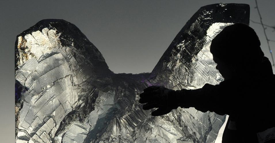 11.jan.2013 - Artista trabalha em escultura de gelo durante festival, em Canary Wharf, na Inglaterra