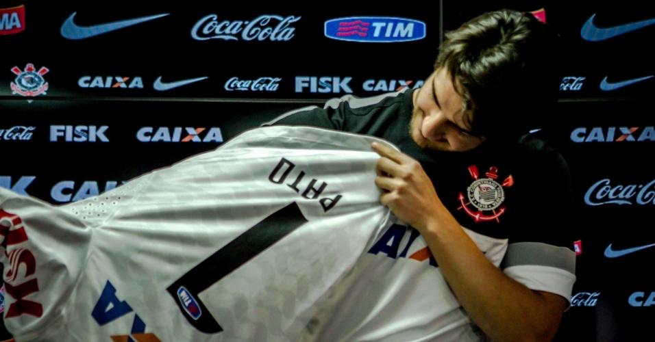 11.jan.2013 - Atacante Alexandre Pato veste a camisa do Corinthians antes da sua primeira entrevista coletiva como jogador do time