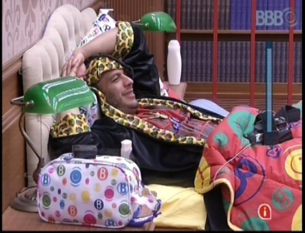 11.jan.2013 - Bambam ouve a conversa entre Fernanda e Dhomini e ri dos comentários dos colegas