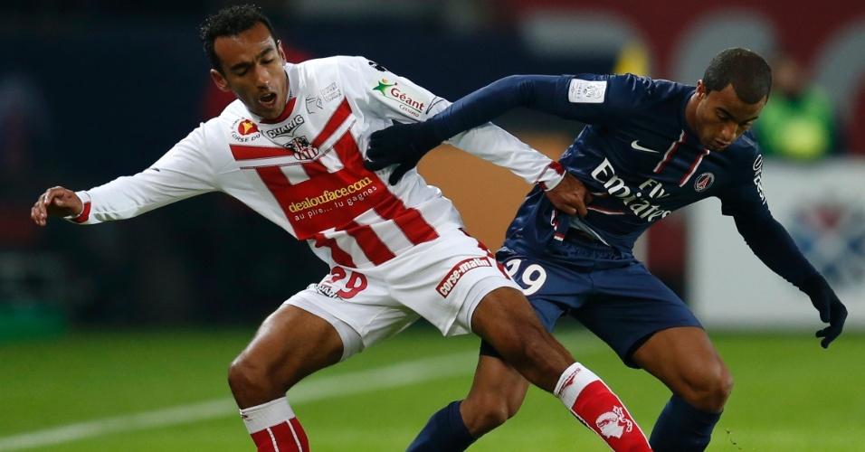 11.jan.2013 - Brasileiro Lucas disputa a bola com Eduardo Ribeiro, do Ajaccio, em sua estreia oficial pelo PSG