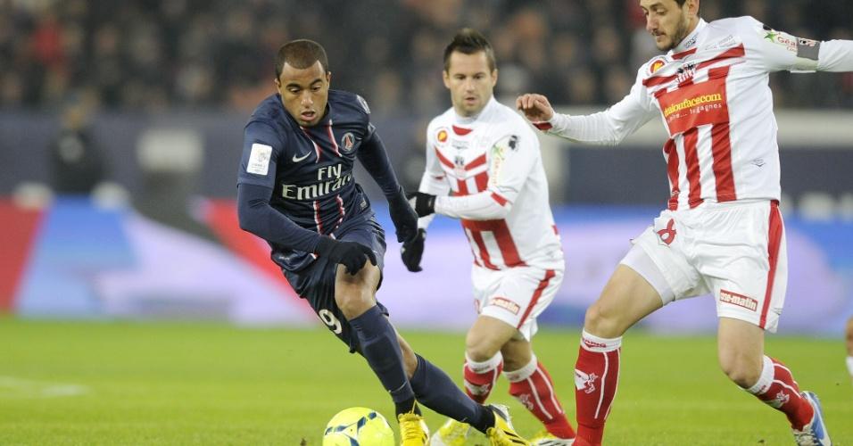 11.jan.2013 - Brasileiro Lucas tenta fugir da marcação de Jean-Baptiste Pierazzi, do Ajaccio, durante sua estreia oficial pelo PSG