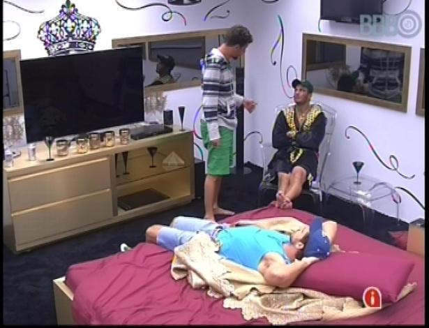 11.jan.2013 - Eliéser, Aslan, Dhomini e Bambam conversam sobre as possibilidades de paredão no quarto do líder